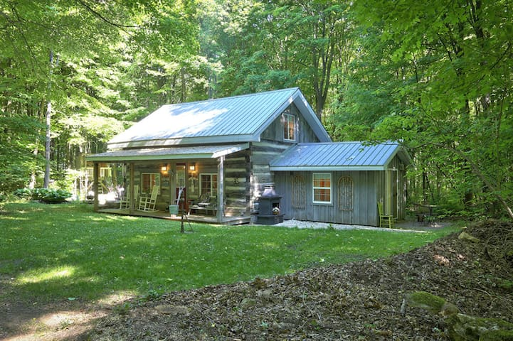 Charming Pioneer Cabin in the Woods