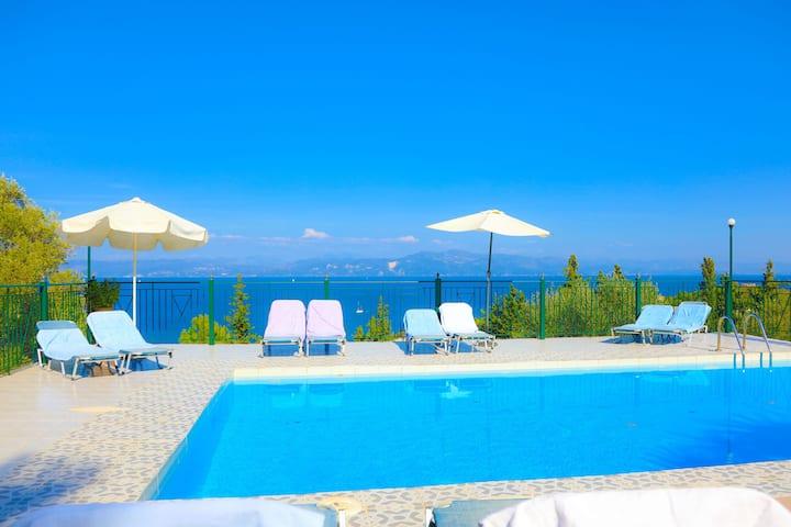 Antigoni Villa Tria: Stunning views, shared pool