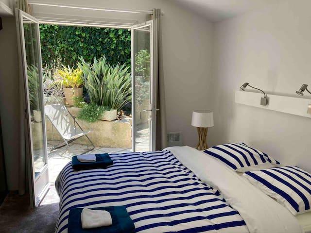 La chambre principale. Lit de 1m60 x 2m sur matelas et sommier épais et très confortables. The master bedroom. Bed of 1m60 by 2m. Matress and thick base, both quite comfortable.