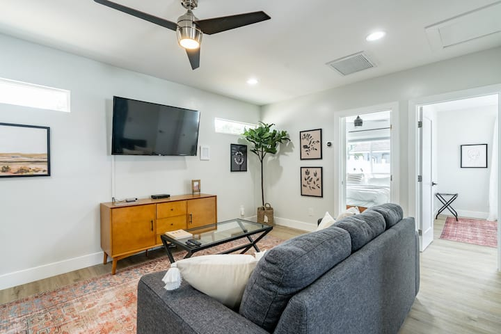 Modern & Bright Guesthouse- 5 min to LaJolla/UCSD!