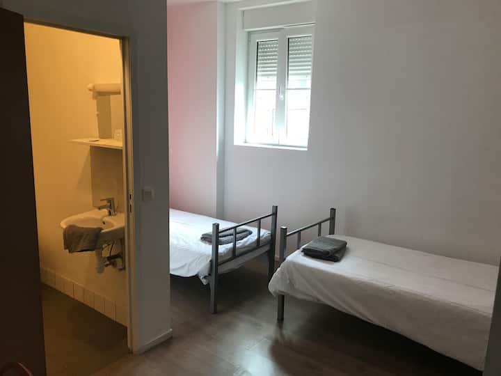 Chambre double lits séparés avec sdb privée