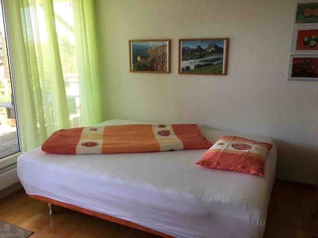 Sofabett für 3. und 4. Person. Anstelle des Sofas Schlafgelegenheit für ein bis zwei Personen  Das Sofabett befindet sich im Woh/Esszimmer