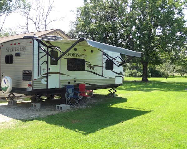 Like new fully equipped RV for rent.