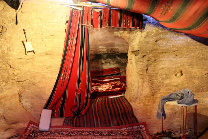 Exotic Bedouin Cave in Petra - Madaba - Tenda