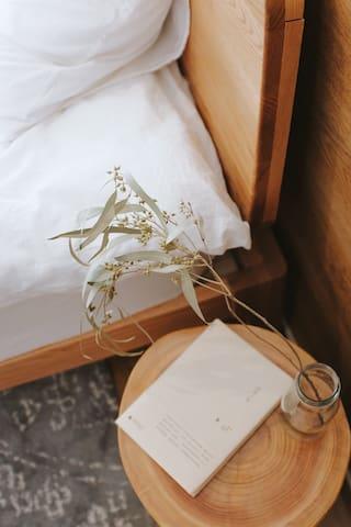 床头的小木台和阳台的相互呼应,体现了主要的细小的爱护