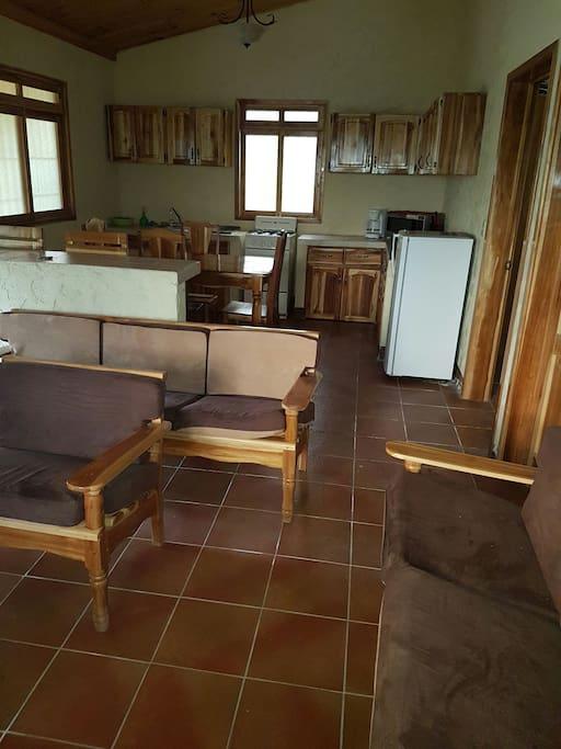 Sala cocina y comedor con muebles de madera Teca