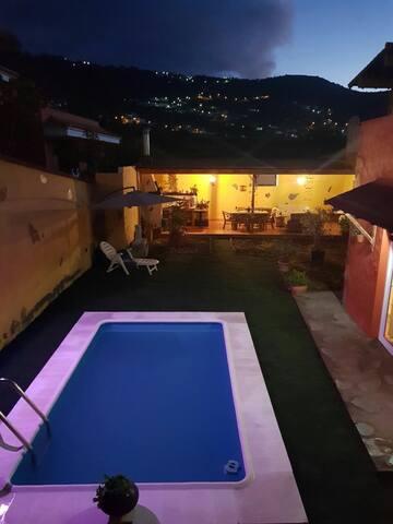 Piscina y barbacoa de noche en Tenerife