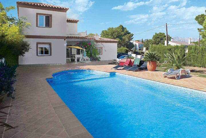 Spacious 4 bed villa with Roman style pool