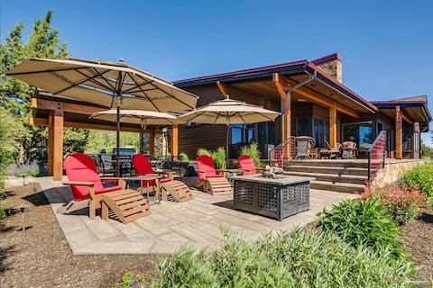 Lots of space for outdoor relaxing - lower patio.