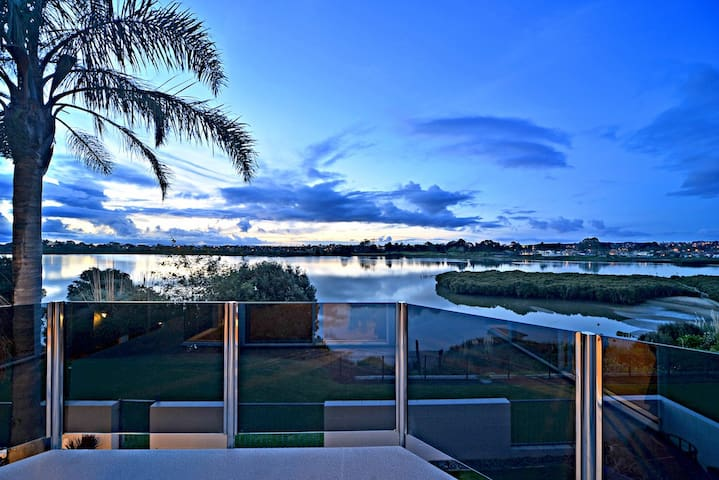 Absolute Waterfront Home - Close to Akld airport - Takanini - Dom