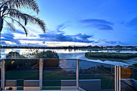 Absolute Waterfront Home - Close to Akld airport - Takanini - 独立屋
