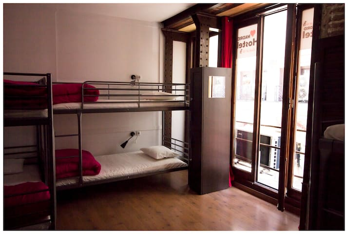 Puerta del Sol cama en Habitación Femenina de 8