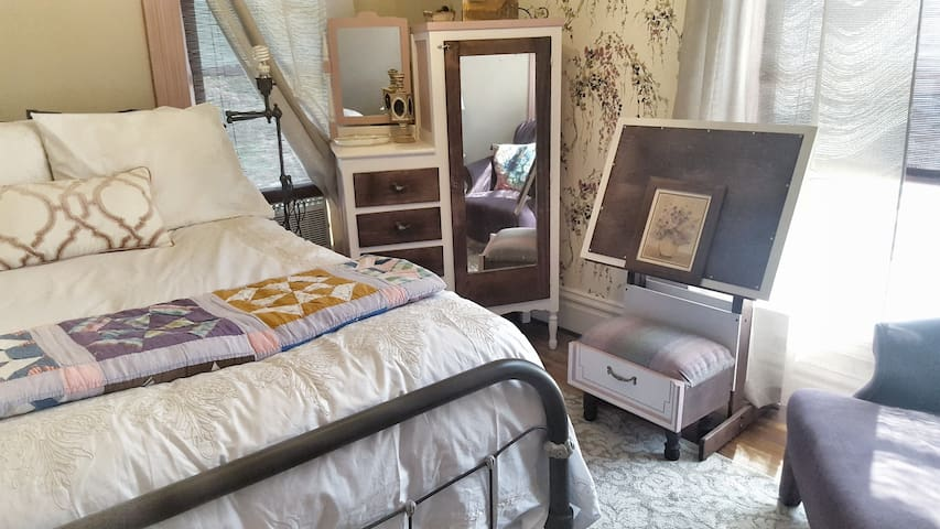 """Wisteria Room"": Romantic 1BR in Historical Home"