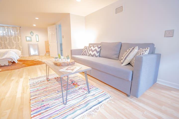 Cute lower level suite in Sunnyside!