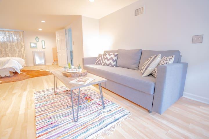 Cozy 2 Bed Suite in Quiet Sunnyside Neighborhood!