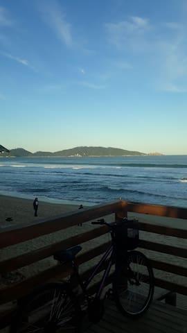 quarto em meu ap 100 mts Da praia Campeche