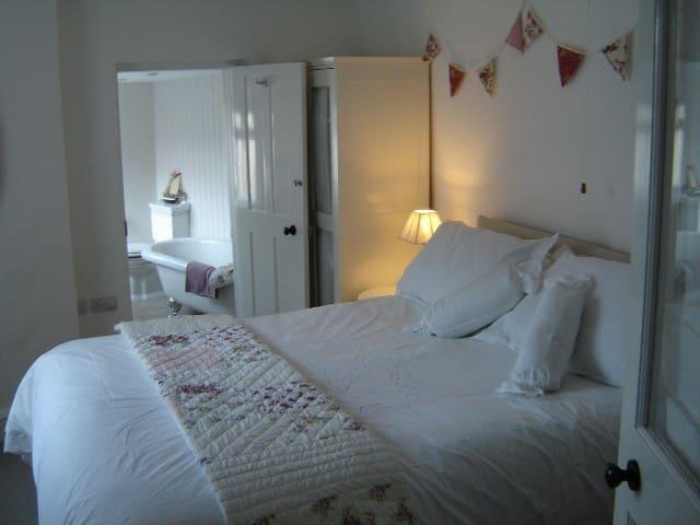 King size bedroom en-suite