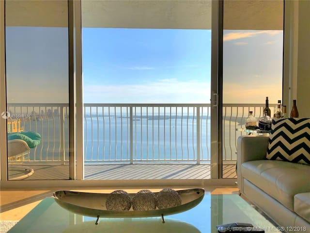 Gorgeous 2BR Penthouse with straight ocean view