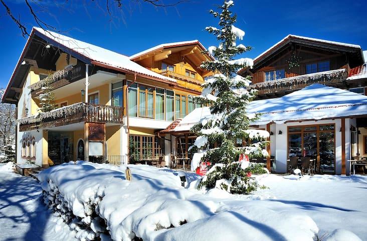 4* Landhotel Böld Oberammergau - Oberammergau - Bed & Breakfast