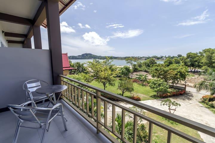 Idyllic Lakeside Apartment & Pool A