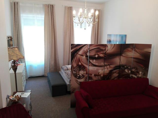Elegant hergerichtetes, gemütliches Zimmer