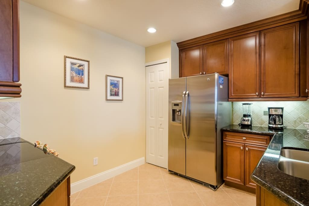 Fully eqipped kitchen with stainless steal appliances and granite countertops