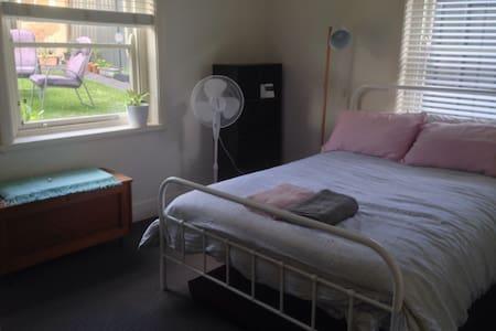 Private room in cute Newy Apartment - Bar Beach