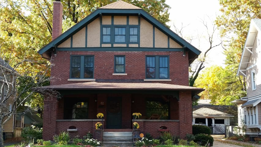 Private bed & bath in the heart of Highland Square - Akron - House