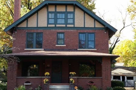 Private bed & bath in the heart of Highland Square - Akron - Hus