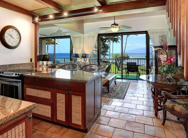 Luxury Oceanfront; Panoramic Views; Steps to Ocean - Lahaina - Selveierleilighet