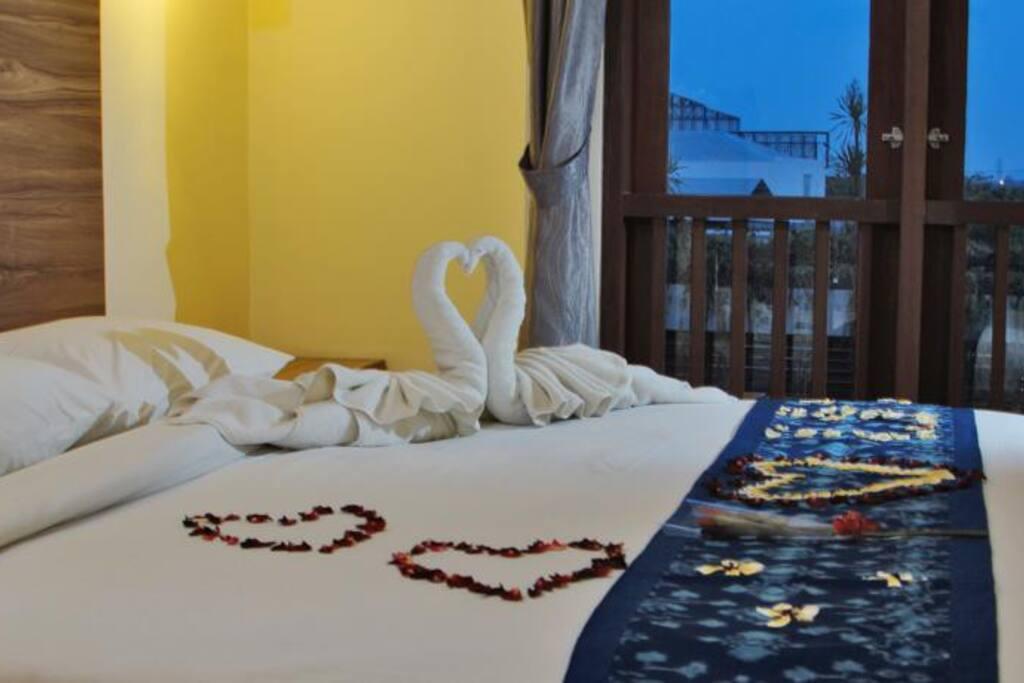 Tempat tidur dengan  type king size sangat nyaman dan lebar.