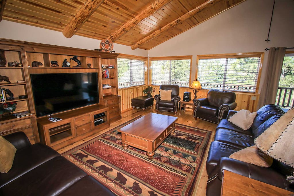 Entertainment Center,Furniture,Couch,Indoors,Room
