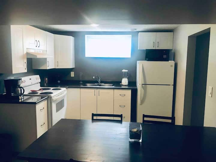 Bright Basement Suite. Close to Downtown.