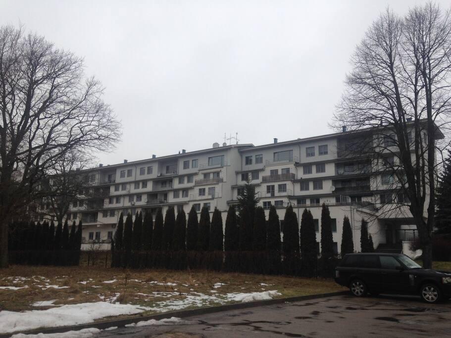 Дом, ограждённая территория