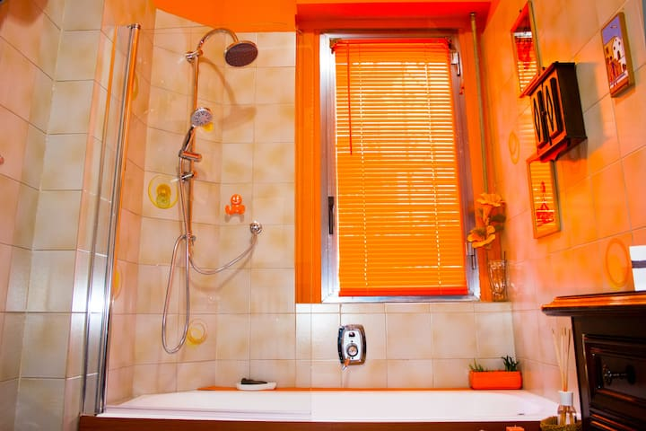 en suite - Shower and tube