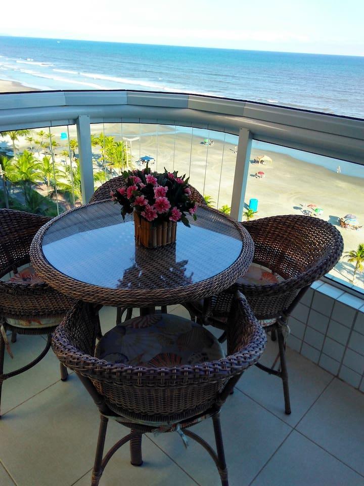 Otima vista para um café da manhã ou um baralho no final da tarde, ou se esticar na rede e sentir a brisa e o som relaxante do mar...