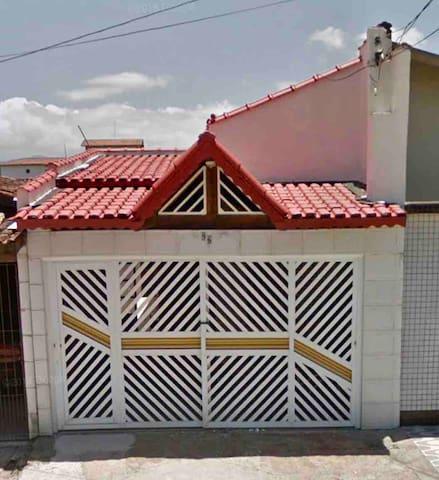 Casa super aconchegante a 1 quadra da Praia.