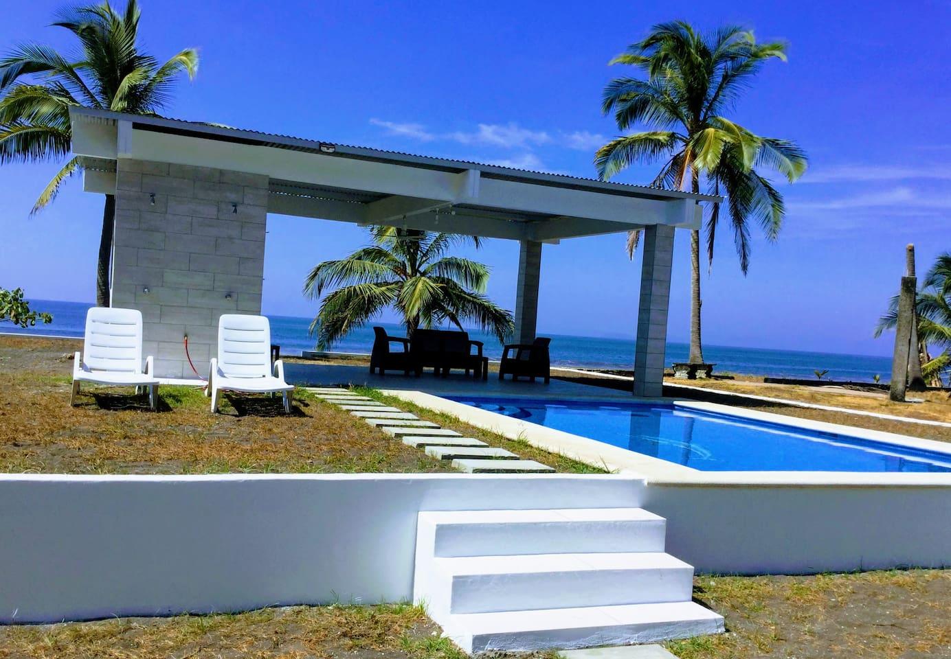 Swimming pool overlooking the ocean!