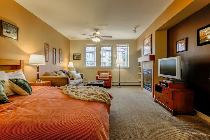 Founders Pointe 4445 by WPLCo | Bright Studio @ Base Area | Pool & Hot Tubs
