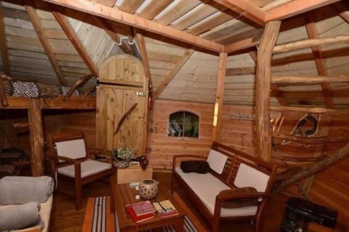 Cabanes dans les arbres, hébergements de Quenecan