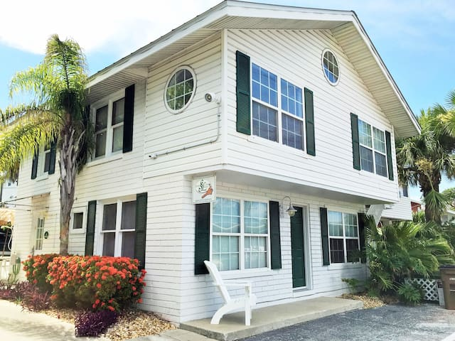 The Lodge:2 Story Sleeps up to 8* Beach front pavilion* heated pool