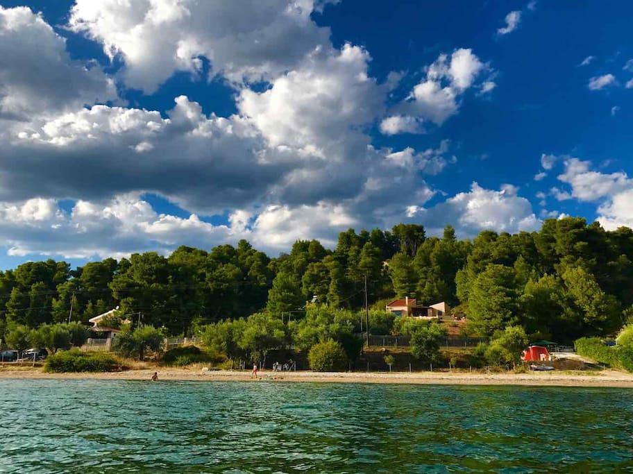 Η villa όπως φαίνεται από τη θάλασσα
