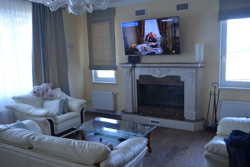 Sitting area by the fireplace, where you can gather your family and watch tv