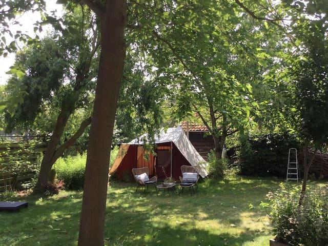 Tent enkel voor gezinnen in kindvriendelijke tuin