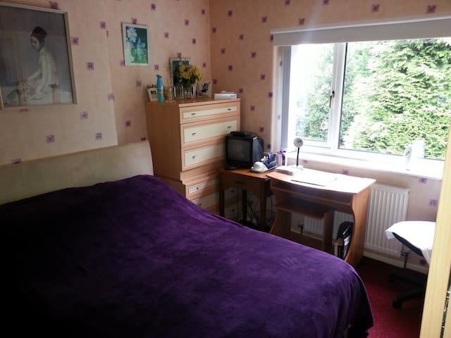 Comfortable room near Manchester, quite location. - Wythenshawe - Hus
