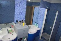 Deux vasques indépendantes et une cabine douche