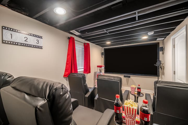 Movie Theater, ARCADE, 8 Beds, 20 min to Downtown!
