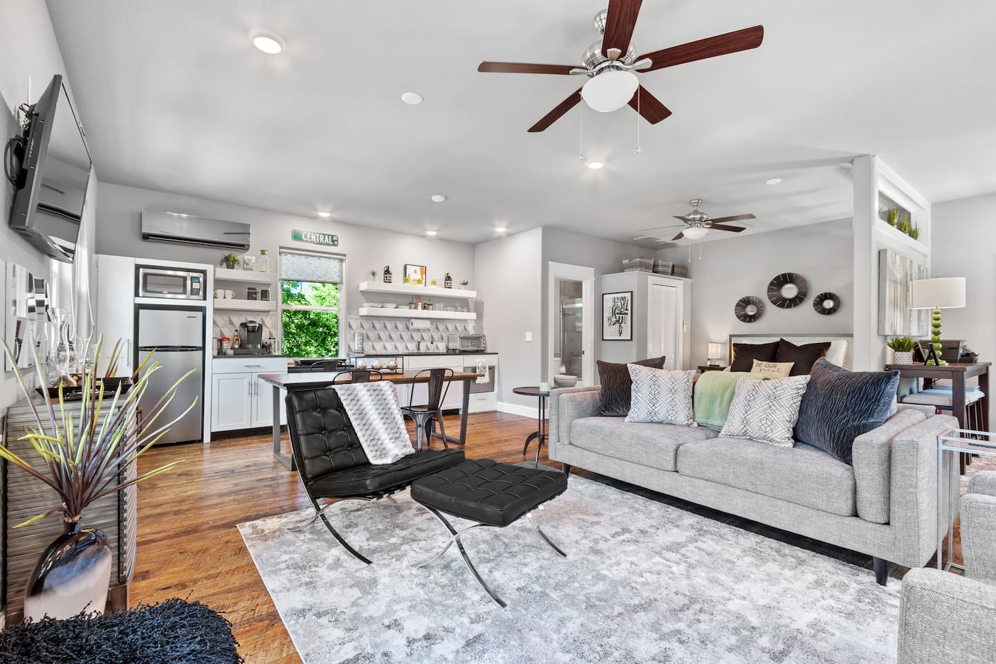Bright, cheery and oh-so comfy...our Studio is visible from the square and just steps away from amazing restaurants, shopping and attractions.  You'll be in the heart of downtown Bentonville but you may be so cozy that you don't want to leave!