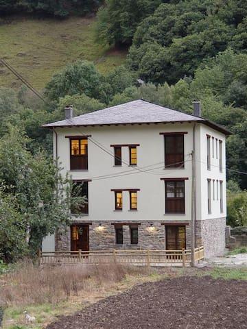 Habitaciones en Casa Muniellos junto al bosque