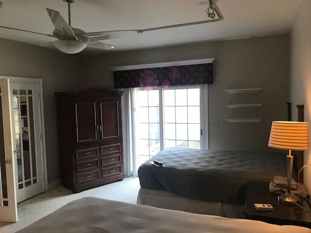 Quiet room w/ 2 beds/bath in shared private condo